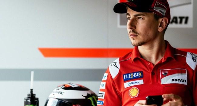Bermasalah di Ducati, Rossi Bela Lorenzo