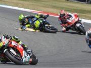 FOTO: Detik-detik Kecelakaan Rossi vs Nakagami